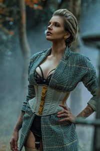 Model wears Élite waspie ny Orchid Corsetry