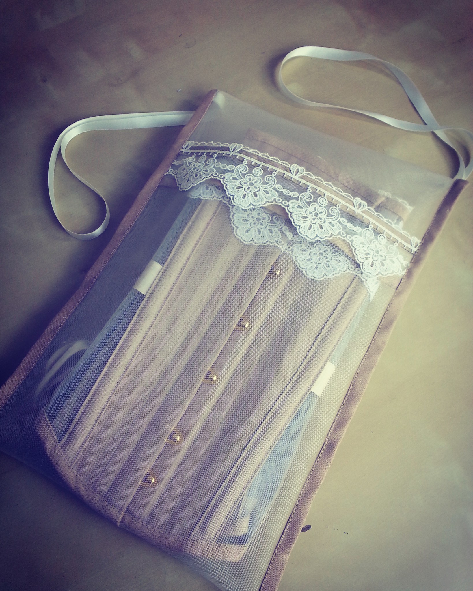 Corset bag in ivory mesh with beige binding and ivory lace
